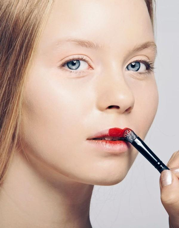 4. Fill lipstick on the upper lip first